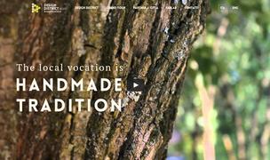 pagina di introduzione della piattaforma. In primo piano un tronco d'albero con la scritta Handmade Tradition