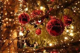 albero di natale decorato con sfere rosse