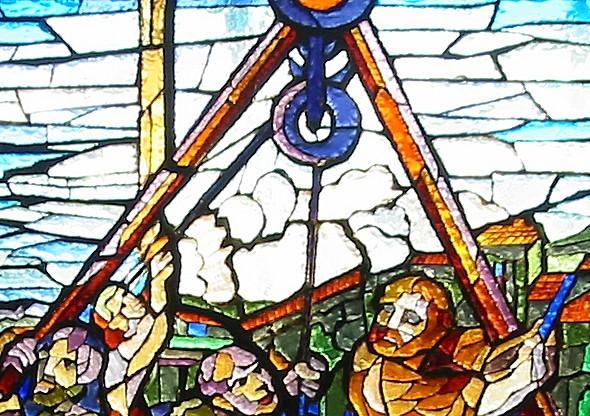 Particolare della vetrata dedicata a Fra Giovanni; rappresenta una carrucola