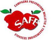 """logo del dell'iniziativa. Due mele affiancate con la scritta SAFE e all'esterno con forma semicircolare la scritta """"Campagna prevenzione malattie a trasmissione sessuale"""""""