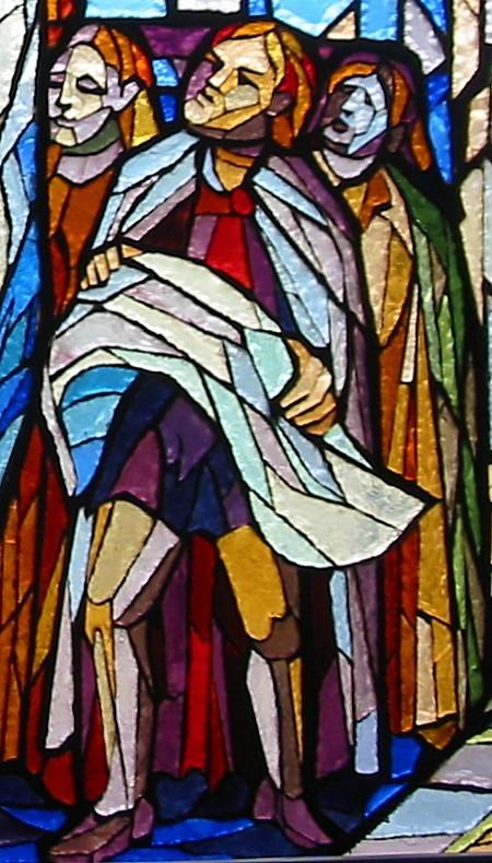 Particolare della vetrata dedicata a Fra Giovanni; capomastri del cantiere