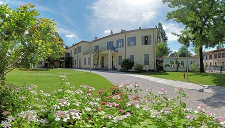 foto Villa Sartirana con aiuole fiorite in primo piano