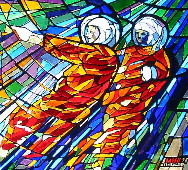 Particolare della vetrata dedicata al Progresso; rappresenta due astronauti con tuta rossa in un cielo definito da tutte le gamme e le tonalità dei blu e dei verdi