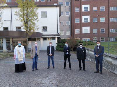 foto di gruppo sul piazzale dell'ospedale